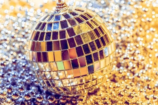 Disco bal concept. geïsoleerd op gele achtergrond