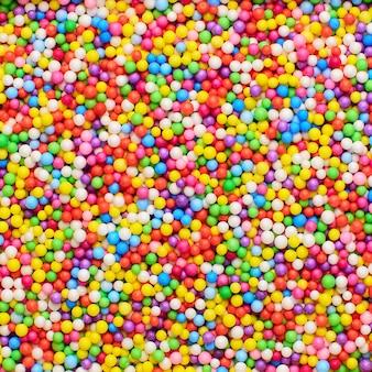 Disco steekt kleur decoratie bal en licht string op kerstmis bokeh lichte achtergrond.