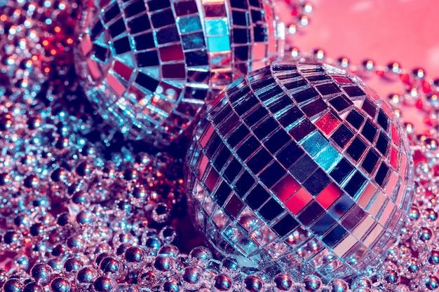 Discoballen voor decoratie van een partij op roze achtergrond