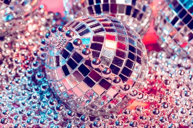 Discoballen voor decorationof een partij op roze achtergrond