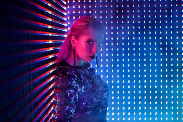 Discodanser in neonlicht in nachtclub. mannequinvrouw in neonlicht