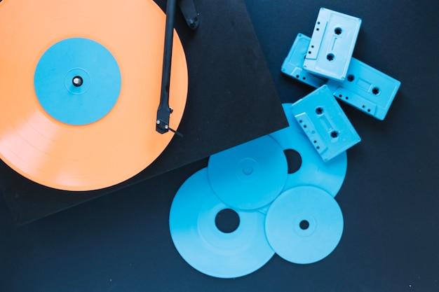 Discs en cassettes bij platenspeler