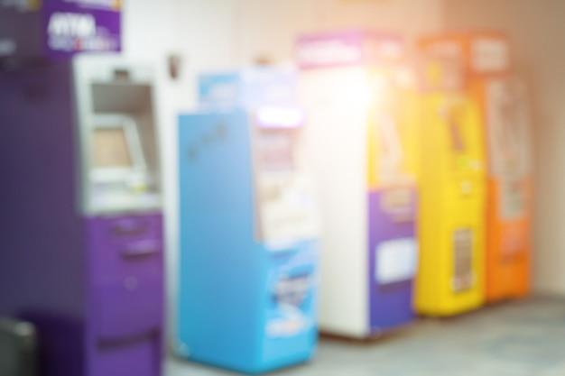 Disfocus van atm-geldmachine en geldkas dubbele blootstelling. abstracte achtergrond wazig