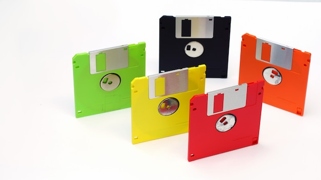 Diskette op witte achtergrond in de verschillende kleuren