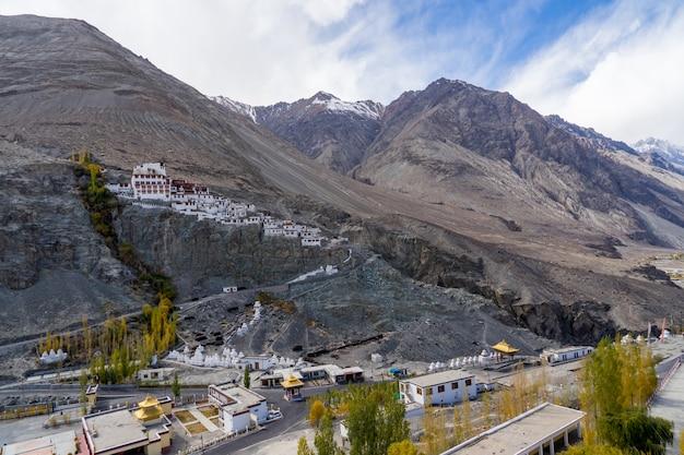 Diskit-klooster of diskit gompa ligt in de grote berg, nubra-vallei, leh ladakh