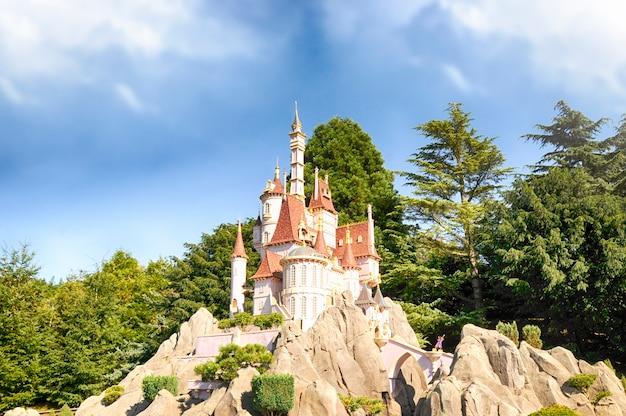 Disneyland, parijs - 9 september 2016: disneyland park in parijs, frankrijk. vuurwerkshow. onscherpe achtergrond