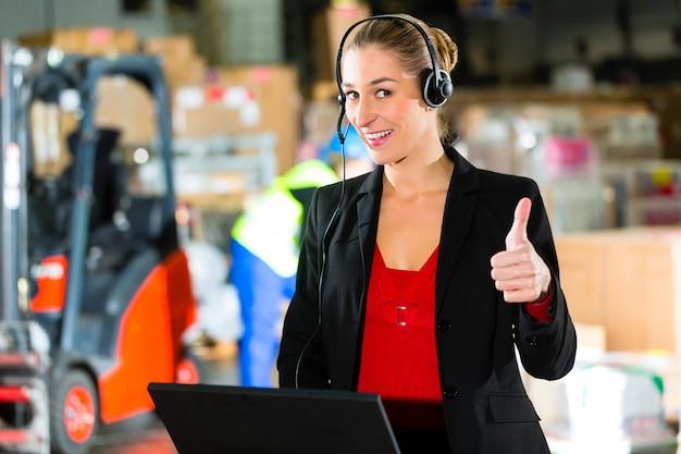 Dispatcher met behulp van headset in magazijn van doorsturen