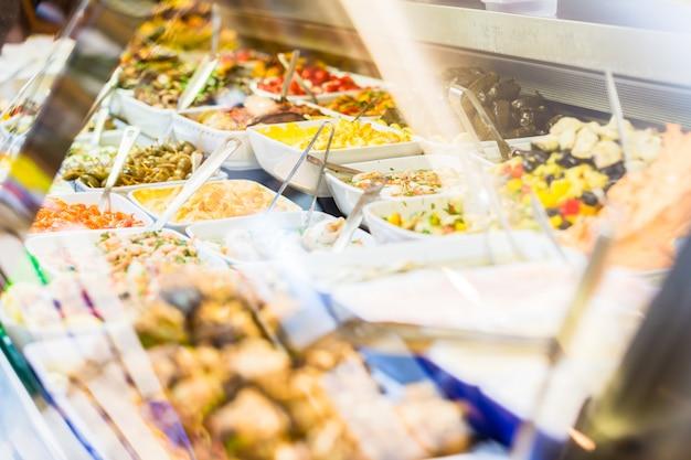 Display met meze-hapjes in delicatessen