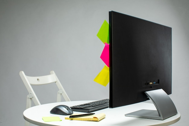 Display met vastgezette kleurrijke stokken