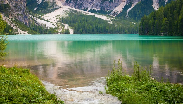 Dit geweldige meer ligt in het hart van de dolomiti-bergen, unesco werelderfgoed - italië