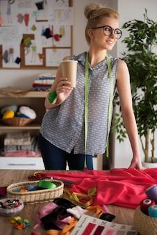 Dit is een koffiepauze tijdens het naaien van een nieuwe jurk