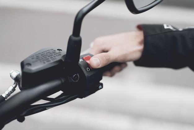 Dit is een moderne elektrische motorfiets.