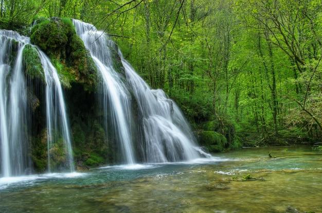Dit is een prachtig landschapsschilderij van de watervalrivier