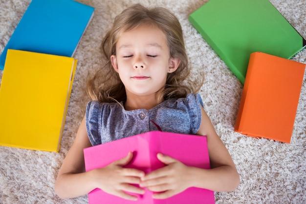 Dit meisje is een echte boekenwurm
