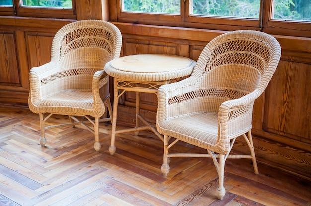 Dit paar italiaanse rieten stoelen met tafel maakt deel uit van het originele meubilair (1910-1920) van een semi-verlaten villa die eigendom is van een adellijke familie die vandaag is uitgestorven.