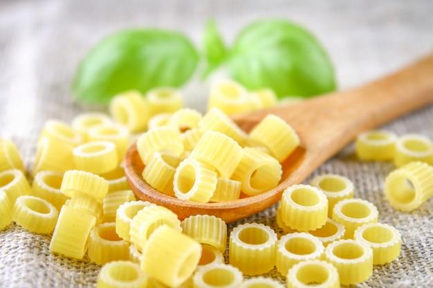 Ditalini macaroni pasta ringen. tubettini en vingerhoedjes anellini. detailopname.