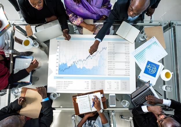Divers bedrijfsmensen die vennootschap ontmoeten
