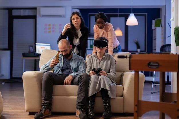 Divers team van mensen gebruiken vr-bril op tv-console op kantoor