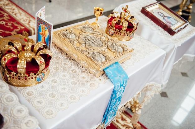 Diverse accessoires voor de bruiloft in de kerk