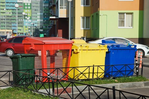 Diverse afvalbakken voor gescheiden inzameling van afval. kleurrijke plastic containers voor het sorteren van huishoudelijk afval op straat. recycling van huishoudelijk afval. milieuvriendelijke afvalophaling
