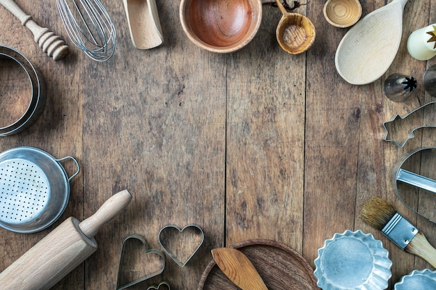 Diverse bakgereedschappen op rustieke houten keukentafel, bovenaanzicht