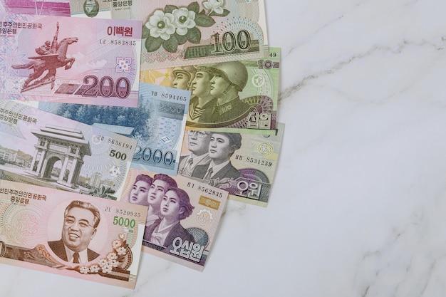 Diverse bankbiljetten van noord-koreaanse wonnen kpw, muntbiljet