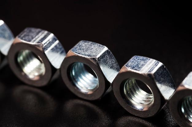 Diverse bouten gemaakt van hoogwaardig gelegeerd staal en andere elementen voor hoogwaardig werk