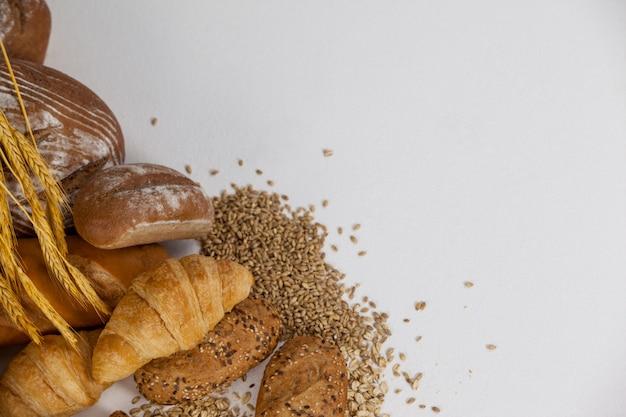 Diverse broodbroden met tarwekorrels