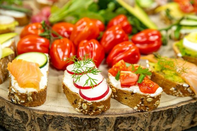 Diverse broodjes op een houten bord close-up