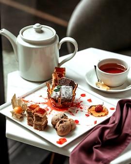 Diverse cakes en glas zwarte thee
