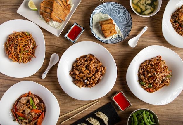 Diverse chinees eten. beroemde gerechten uit de chinese keuken op tafel. bovenaanzicht. het concept van chinees restaurant. banket in aziatische stijl