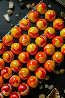 Diverse dessertballen die met jam zijaanzicht worden bedekt