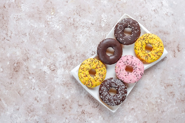 Diverse desserts met chocolade frosted, roze geglazuurd en hagelslag.