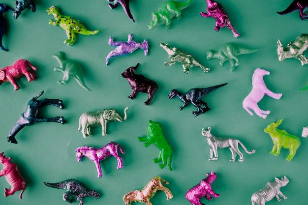 Diverse dieren speelgoedfiguren op een kleurrijke achtergrond
