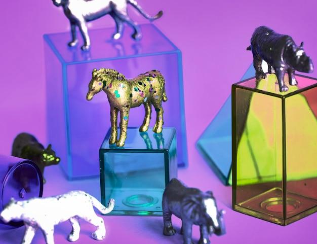 Diverse dierenspeelgoedfiguren met glazen doosjes