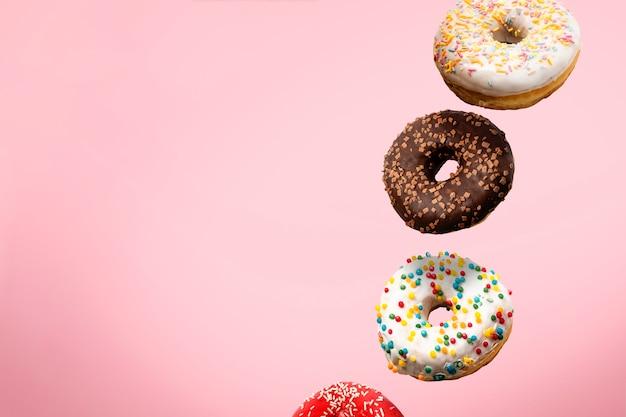Diverse donuts vliegen in de lucht geïsoleerd