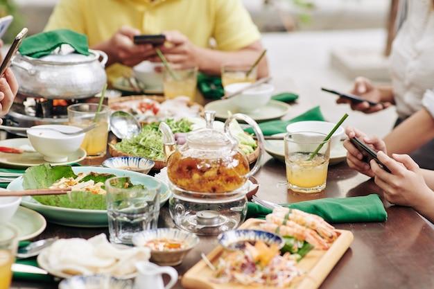 Diverse drankjes en gerechten op een grote eettafel geserveerd voor het diner voor het maannieuwjaarsfeest