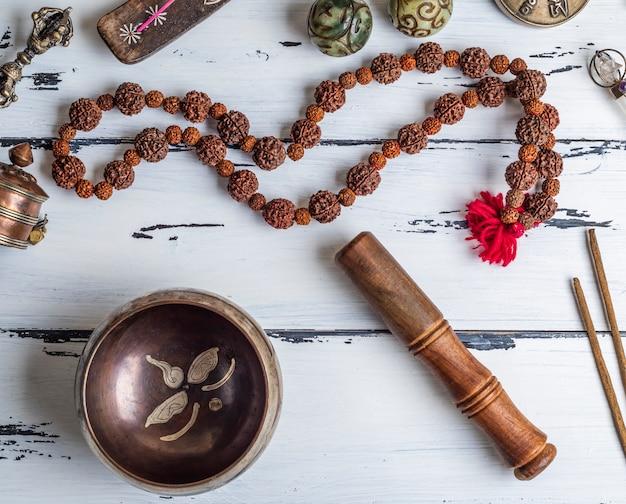 Diverse etnische voorwerpen voor meditatie en ontspanning