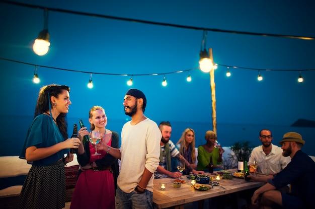 Diverse etnische vriendschap partij vrijetijdsbesteding geluk concept