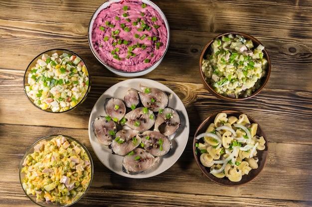 Diverse feestelijke gerechten op houten tafel. bovenaanzicht