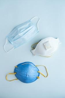 Diverse filterende antivirale veiligheidsmaskers. beschermend ademhalingsmasker tegen griep en coronavirus, vervuiling. sanitizer voor handen.