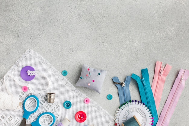 Diverse fournituren kleurrijke accessoires met kopie ruimte