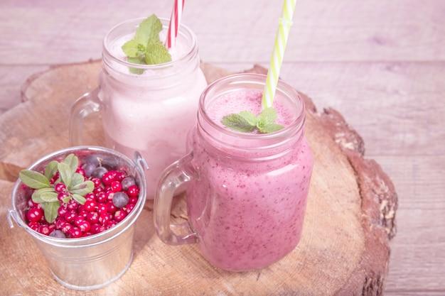 Diverse fruit of bessen shakes op witte tafel. smoothie-concept