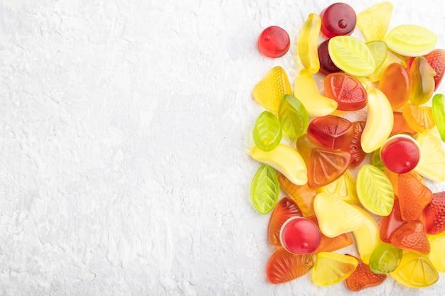 Diverse fruitgelei snoepjes op grijze betonnen achtergrond
