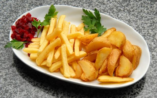 Diverse gebakken aardappelen met bieten op een plaat