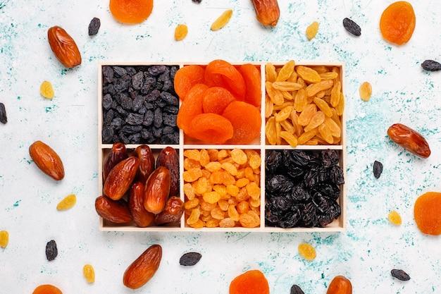 Diverse gedroogde vruchten, dadels, pruimen, rozijnen, vijgen, bovenaanzicht