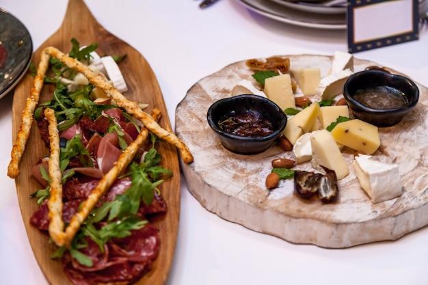 Diverse gerechten en snacks van kaas op de feesttafel.