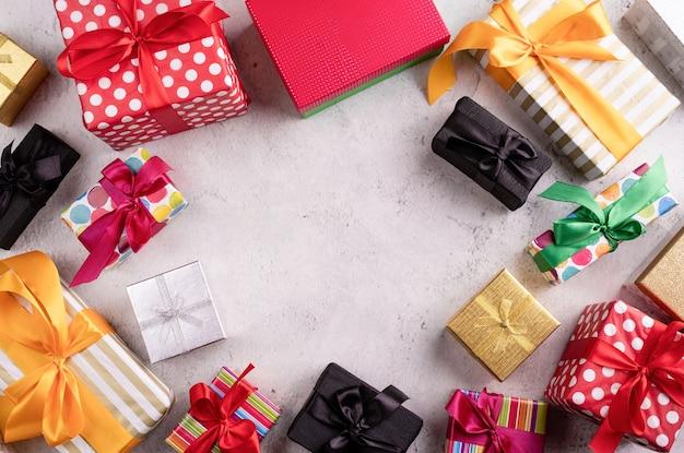 Diverse geschenkdozen op een grijze tafel