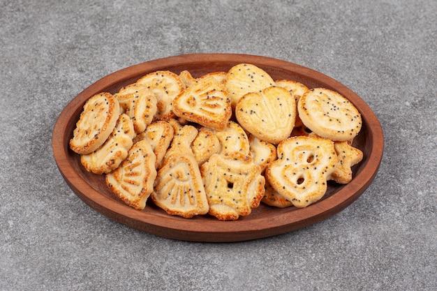 Diverse gevormde koekjes op houten plaat