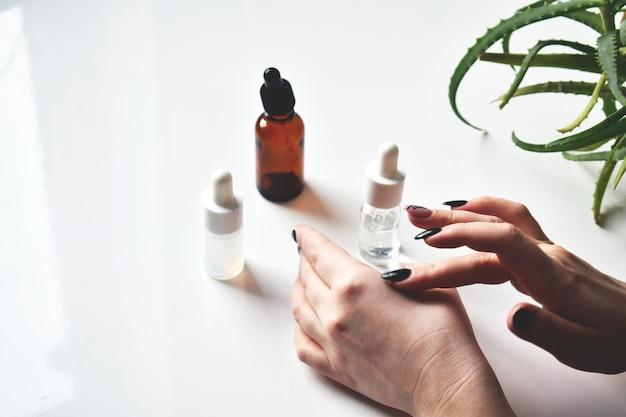 Diverse glazen flessen voor cosmetica, natuurlijke geneeskunde, etherische oliën of andere vloeistoffen, bovenaanzicht. biologisch